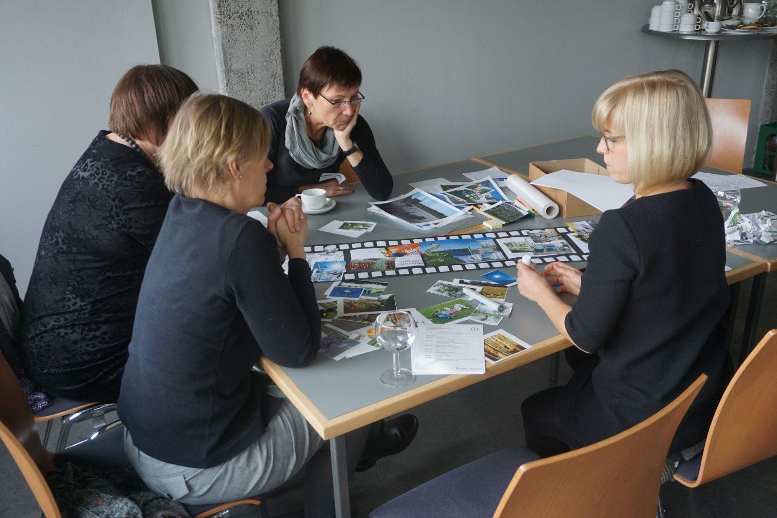 Workshopsituation an einem Tisch