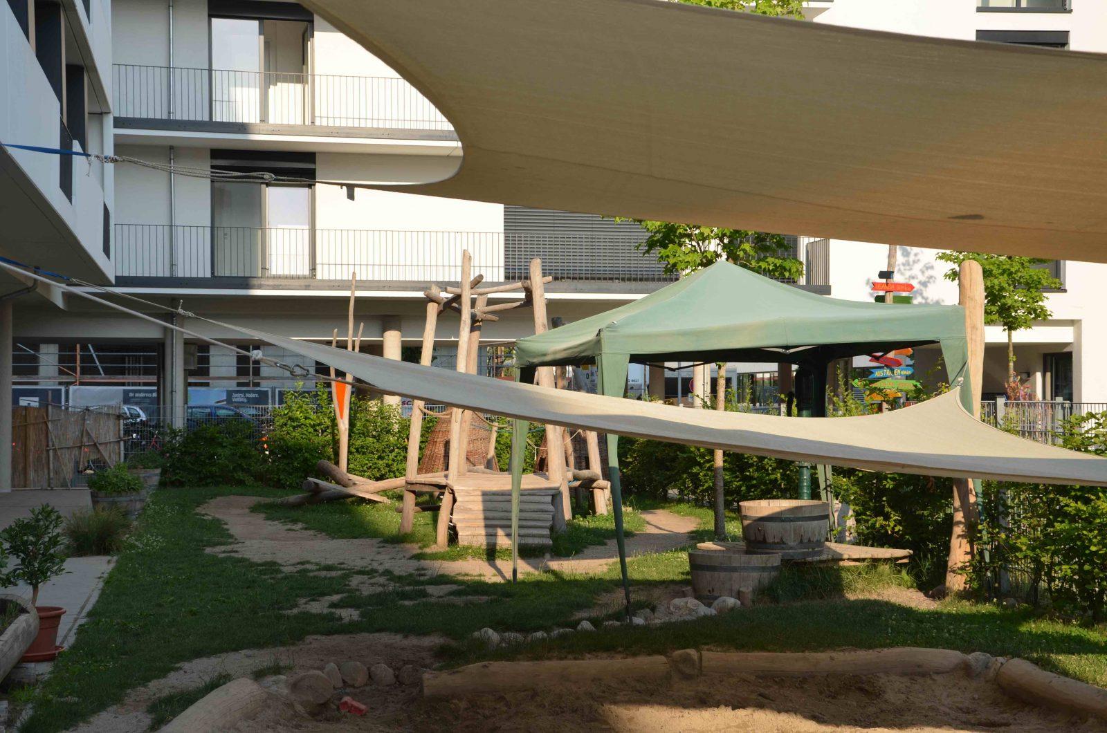 Spielplatz im Innenhof eines Wohnblocks