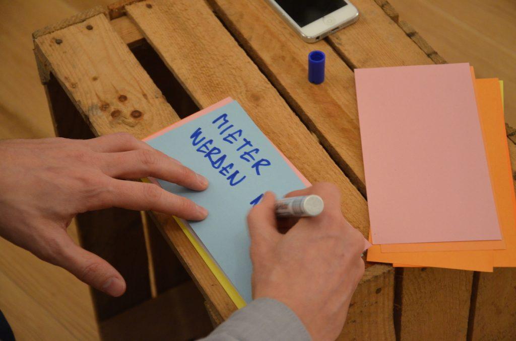 Nahaufnahme vom Schreiben einer Moderationskarte